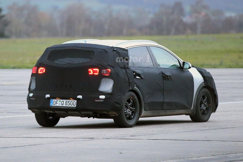 2017 kia niro hybrid spied debuts next year. Black Bedroom Furniture Sets. Home Design Ideas